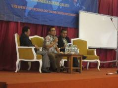 "Pada saat mengisi seminar ""The effect of Tehnology on Indonesia Economy"", Desember 2014"