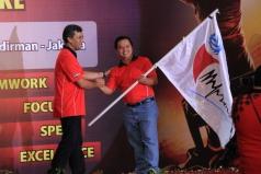 Penyerahan bendera Pataka TIF dari ketua lama kepada ketua baru