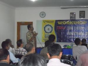 Prof. DR. Ir. Untung Suropati, M.Sc sedang memberikan presetnasi