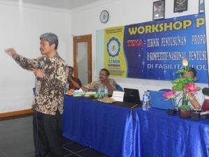 Prof. DR. Imam Santoso, M.Si, sedang memberikan presentasi