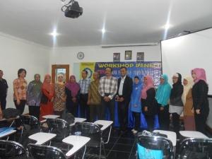 Foto bersama didalam ruangan dengan peserta wanita dan Pembicara