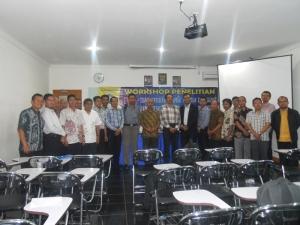 Foto bersama dengan peserta pria dan pembicara